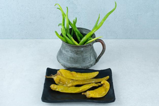 Peperoncini freschi dalla classica tazza con peperoni sottaceto.