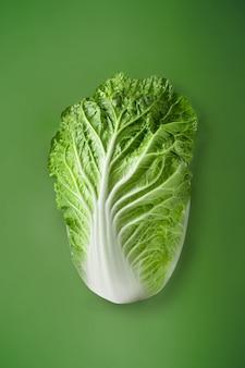 クリッピングパスで緑の表面に分離された新鮮な白菜。