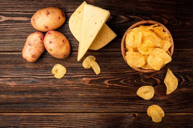 木製のテーブルにチーズと新鮮なチップス