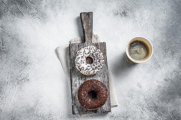 신선한 초콜릿 장인 도넛과 테이크 아웃 커피. 흰 바탕. 평면도.