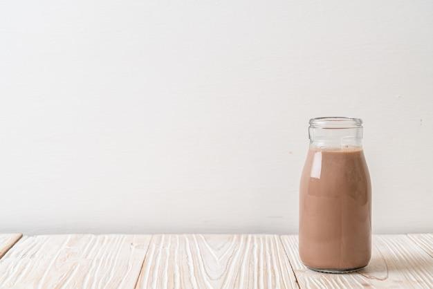 瓶の中の新鮮なチョコレートミルク