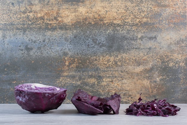 石のテーブルに新鮮なみじん切りの紫キャベツ。高品質の写真