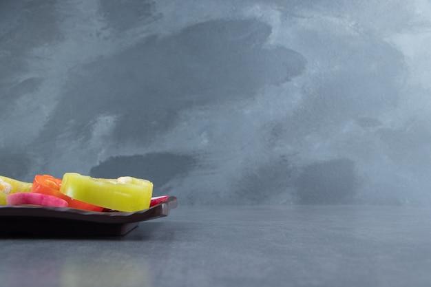 검은 접시에 신선한 다진된 야채입니다.