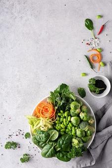 ライトにハーブとスパイスを添えた新鮮なみじん切り野菜