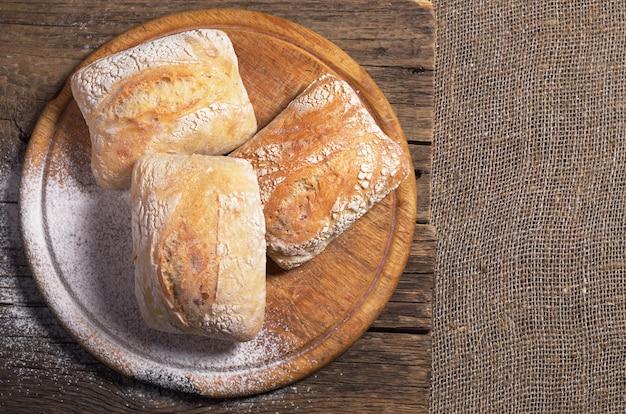 まな板の上の新鮮なチャバタパン、上面図