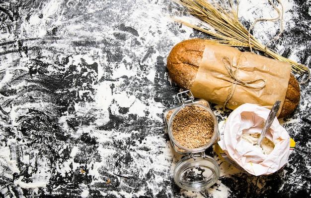 小麦粉の袋と小麦の穂が付いた新鮮なチャバタ。