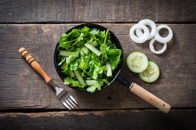Insalata di coriandolo fresco, coriandolo con insalata di cetrioli. concetto di cibo sano.
