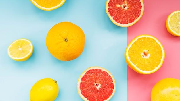 デュアルカラフルな背景の新鮮な柑橘類