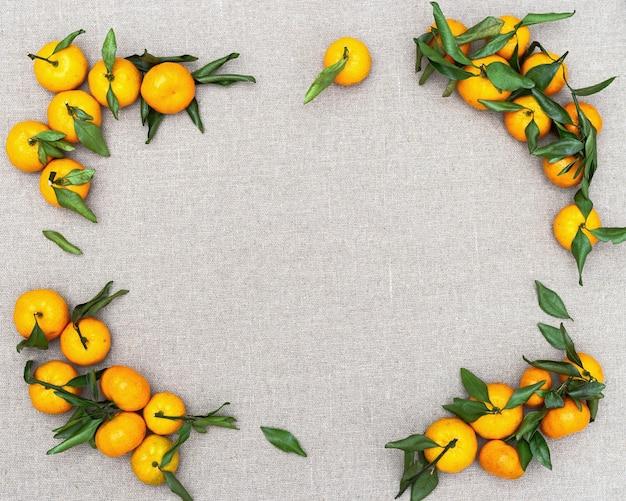 Свежие цитрусовые мандарин или мандарин на скатерти