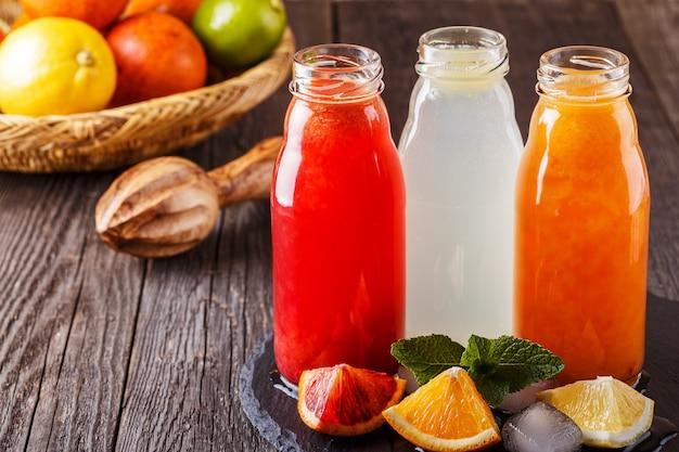 暗い木製のテーブルに新鮮な柑橘系ジュース。