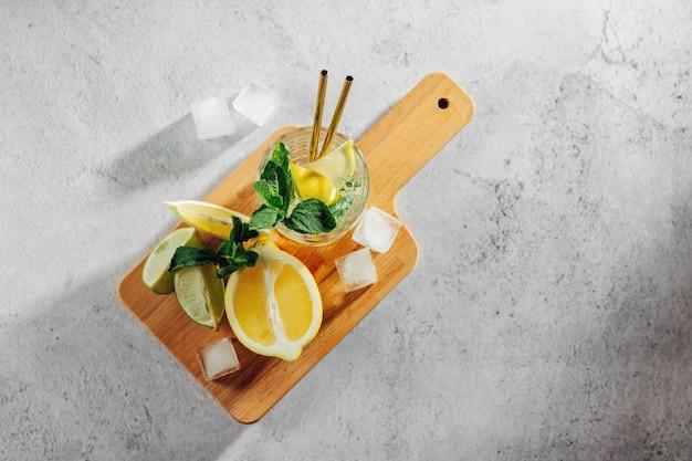 Свежий цитрусовый лимонад с лаймом, лимоном и мятой. летние напитки.