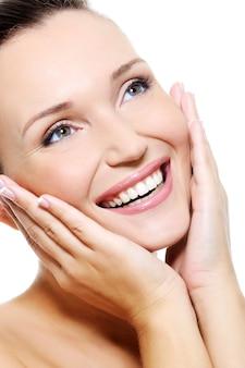 鮮やかな白い笑顔で新鮮なきれいな女性の顔