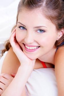 美しい女性の新鮮なきれいな笑顔