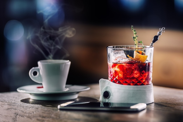 얼음 과일과 허브 장식을 곁들인 신선한 칵테일 음료 알코올 무알코올 음료