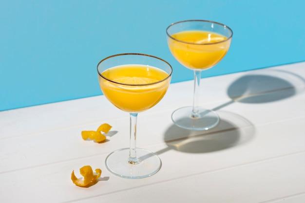 Bicchieri da cocktail freschi pronti per essere serviti