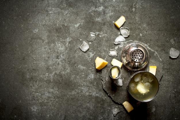 氷とメロンの新鮮なカクテルシェーカー。