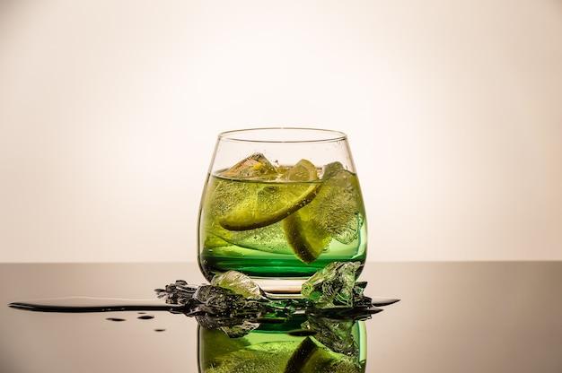 オレンジと氷のフレッシュカクテル。アルコール、ノンアルコールの飲み物-ナイトクラブのバーカウンターでの飲み物。