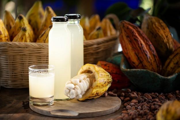 Свежевыжатый сок какао и свежее какао для приготовления напитков