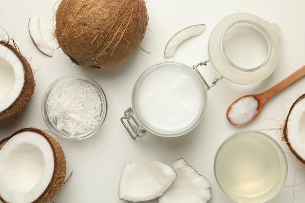 白地に新鮮なココナッツとココナッツミルク