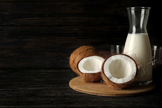 木製の背景に新鮮なココナッツとココナッツミルク
