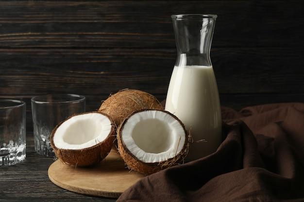 木製の新鮮なココナッツとココナッツミルク