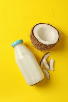 黄色の新鮮なココナッツとココナッツミルク