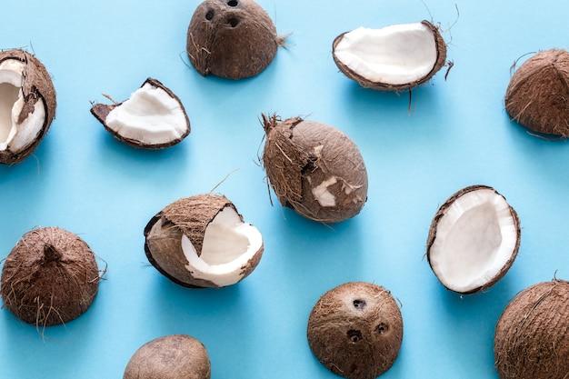 파란색 배경에 신선한 코코넛 반쪽