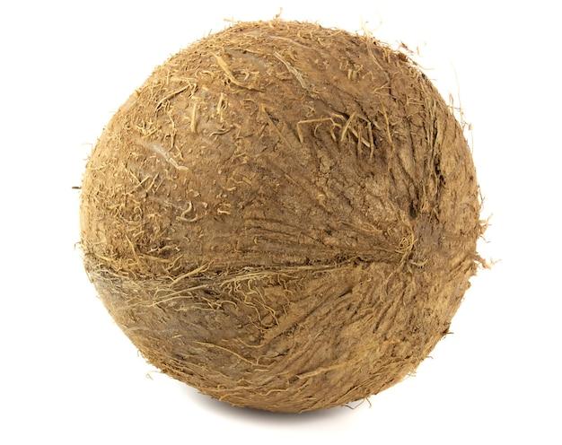 白い背景に分離された新鮮なココナッツ