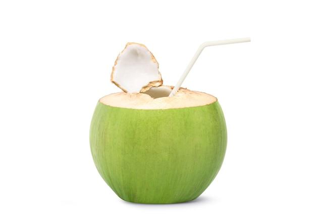 신선한 코코넛 주스 마시는 흰색 절연