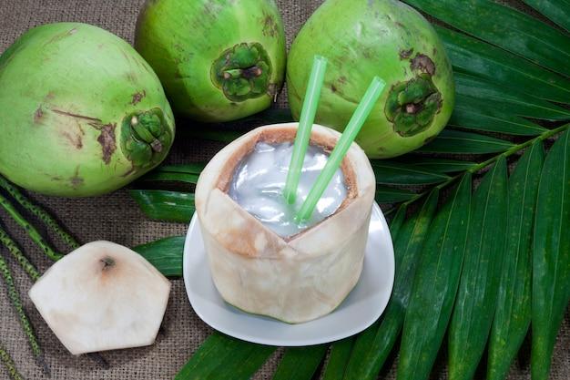 健康に良い飲用の新鮮なココナッツ