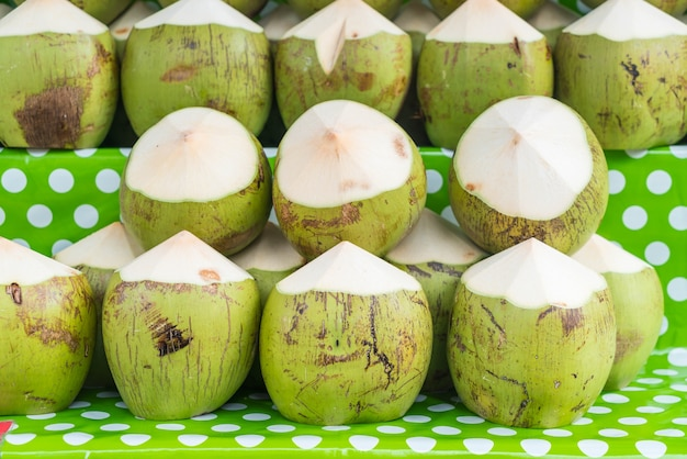 Свежие кокосы на полке