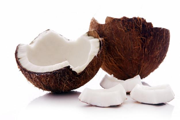 흰색 표면에 신선한 코코넛 무료 사진
