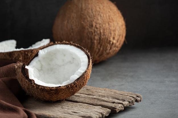 暗い背景に置かれた新鮮なココナッツ