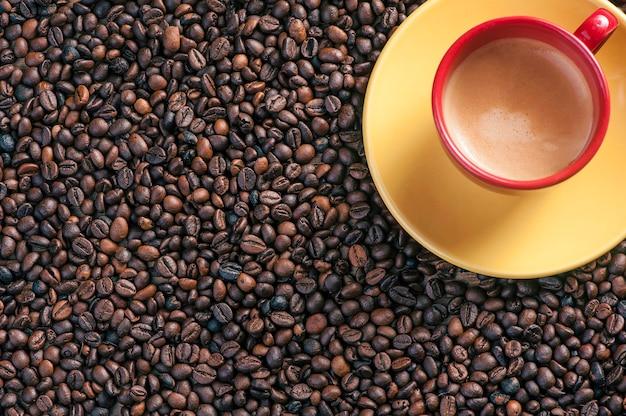 木の背景に新鮮なコーヒー豆