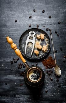 淹れたてのコーヒー。コーヒーポットとダークサトウキビ。