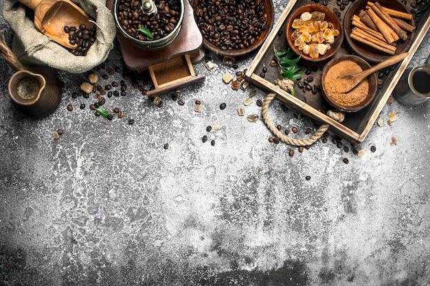 Свежий кофе в глиняной индейке с кристаллами сахара и корицы