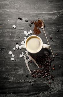カップに入った淹れたてのコーヒー