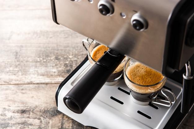 Свежий кофе в кофеварке эспрессо на деревянный стол