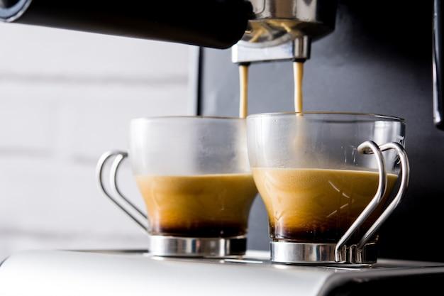 Свежий кофе в кофемашине эспрессо