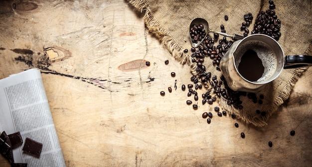 Свежий кофе в кувшине и газете.