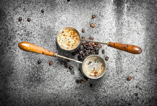 トルコ人の淹れたてのコーヒー。素朴な背景に。