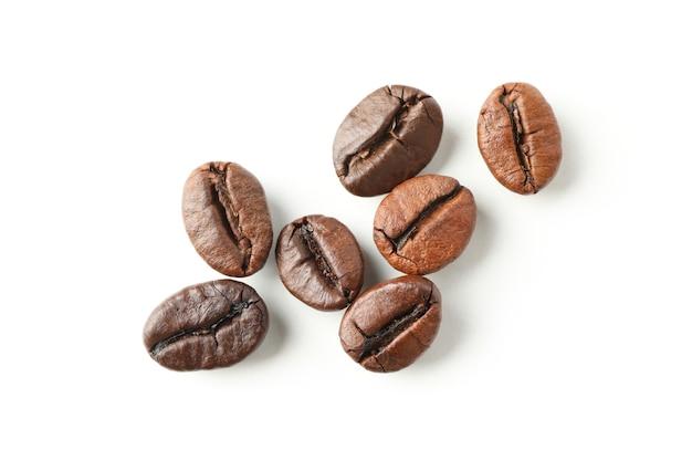 白で分離された新鮮なコーヒーの種子