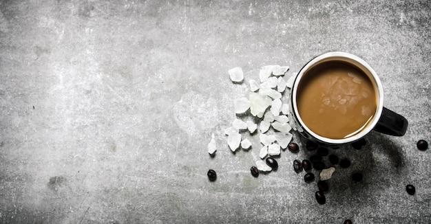 ミルクと砂糖を入れた淹れたてのコーヒー。