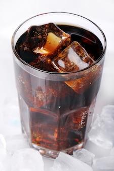 유리에 신선한 콜라 음료