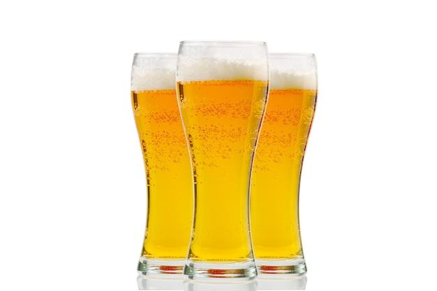 흰색 표면에 가벼운 라거 맥주의 거품 왕관 파인트와 화이트 골드 맥주 바바리아에 고립 된 신선한 시원한 맥주 유리
