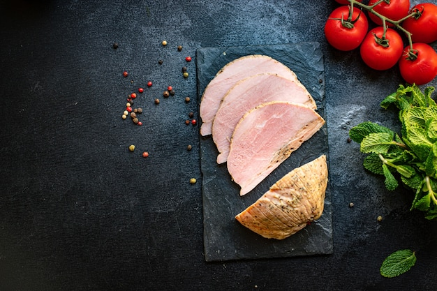 Свежий холодный отварной кусок свинины вкусный готовый к употреблению
