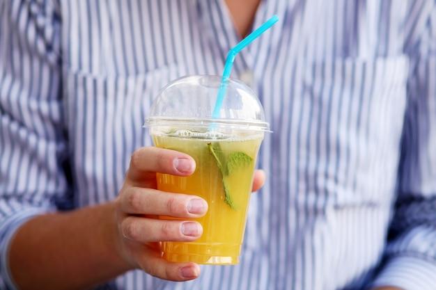 Свежий холодный лимонад в руке