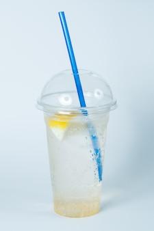 新鮮な冷たいレモネード、スパークリングウォーターと夏の飲み物