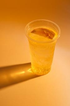 Свежий холодный лимонад, летний напиток с газированной водой