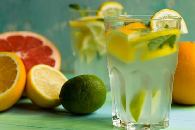 ガラスのライムとオレンジのフレッシュで冷たいレモネード。さわやかなドリンク。